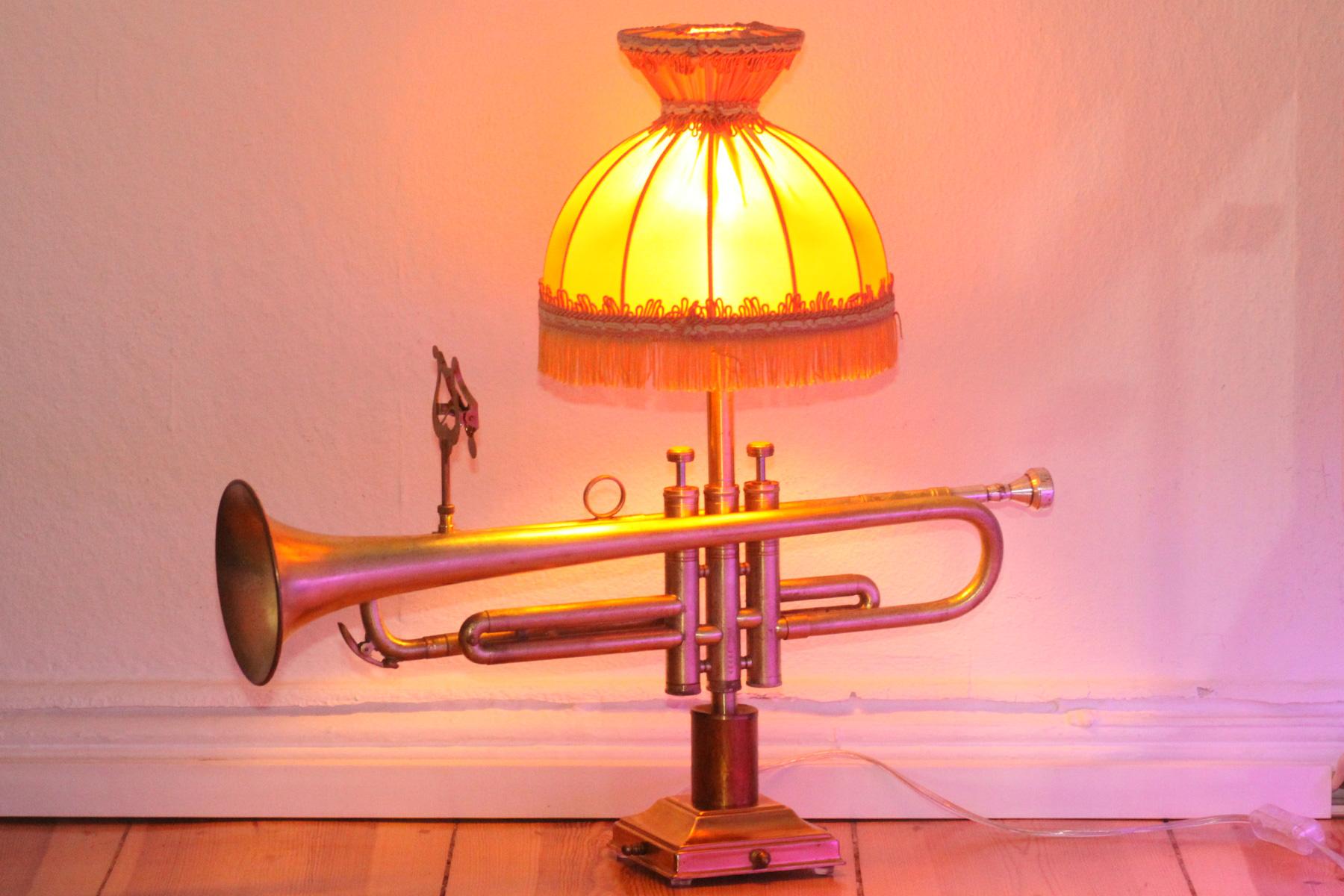 Trompetenlampe Handarbeit Vintage Berlin Eingeschaltet