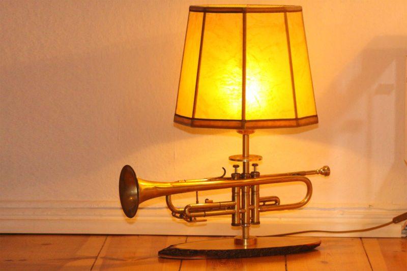 Trompetenlampe Tischleuchte Messing Holzbrett Design Berlin Eingeschaltet