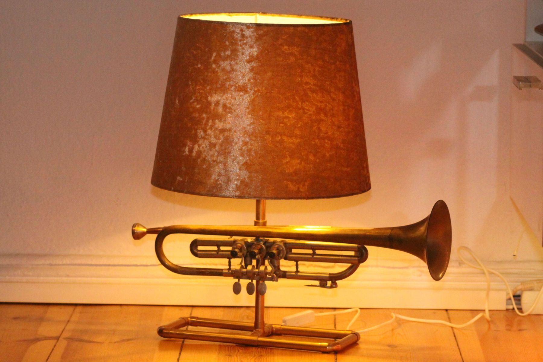 Trompetenlampe Samt Gold 23F Eingeschaltet
