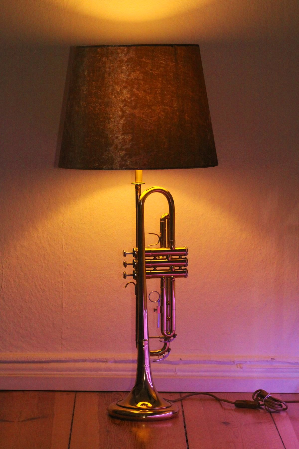 Trompetenlampe Stehlampe Gold Vintage Einzelstück Handarbeit Eingeschaltet